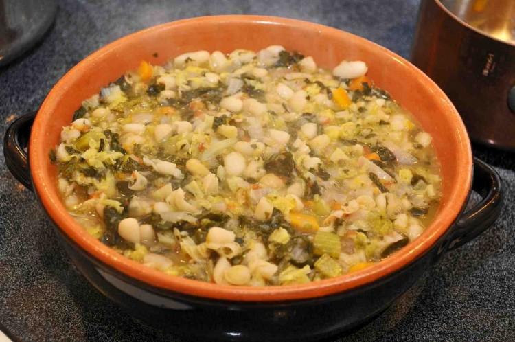 La Ribollita alla Fiorentina è una ricetta toscana della tradizione popolare. A base di pane raffermo, cavolo nero e legumi è un esempio di riciclo in cucina.