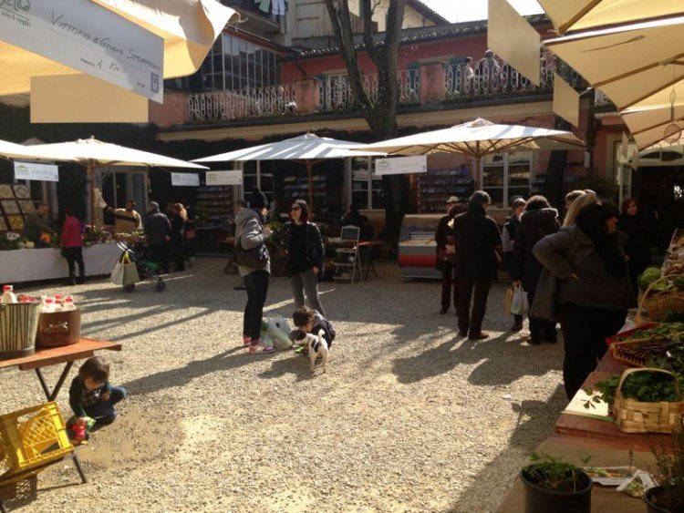 Al mercato biologico di Firenze si trova il pollo biologico del Valdarno utilizzato a Il Palagio dallo chef Vito Mollica