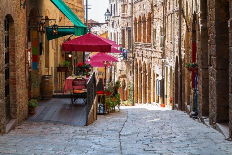 Strada nel borgo toscano di Volterra