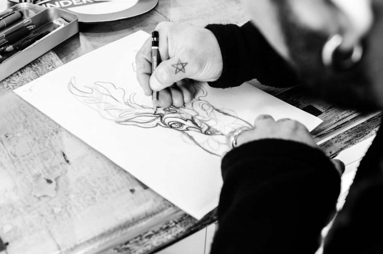 Lacrimanera Tattoo Saloon, uno dei più importanti saloni di tatuaggi di Firenze, ha come propri fondatori gli ideatori della Florence Tattoo Convention