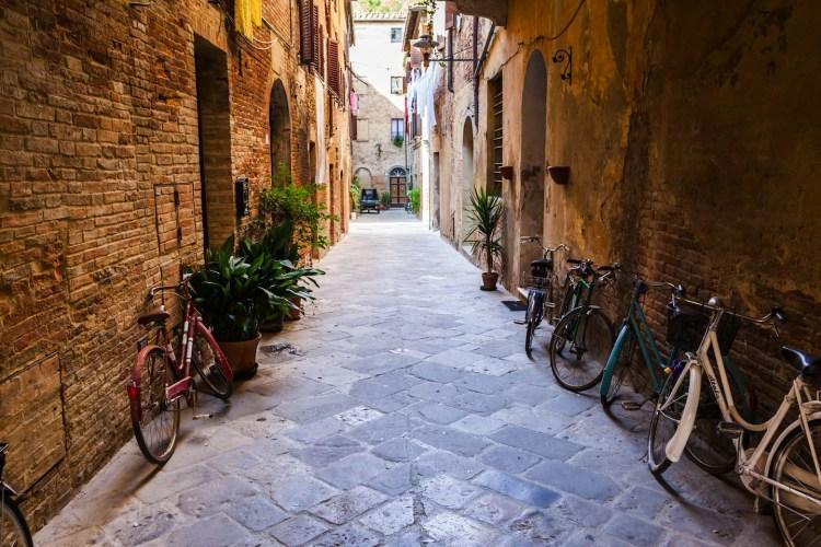 San Quirico d'Orcia è un borgo di origini etrusche che si trova in Val D'Orcia, luogo ideale per un weekend in Toscana tra arte, enogastronomia e paesaggi