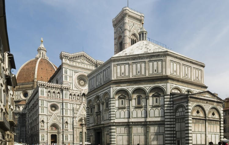 Il Corteo di San Zanobi si tiene a Firenze il 26 Gennaio in onore del santo a cui è intitolata la Colonna di San Zanobi in Piazza Duomo, davanti al Battistero