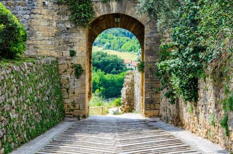 Arco di entrata neol borgo toscano di Monteriggioni