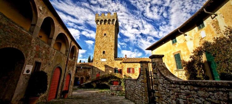 Monte San Savino è un borgo della Toscana in Val di Chiana, vicino al Castello di Gargonza, dove è stato vinto il record per la porchetta più lunga del mondo.