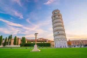 Torre di Pisa in Piazza dei Miracoli al tramonto