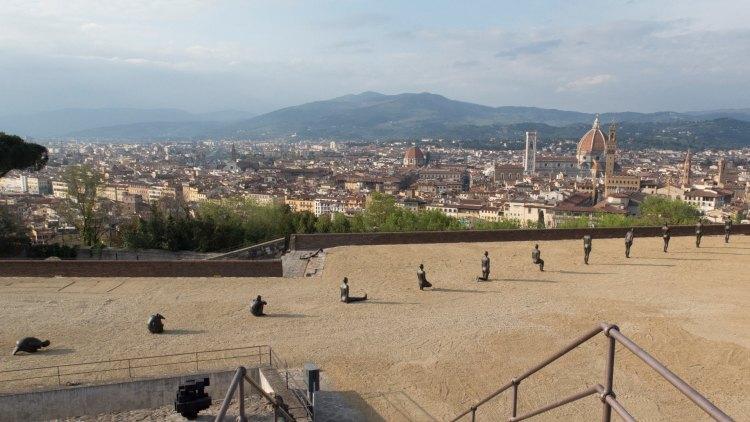 Spiritual Guards, la mostra di Jan Fabre a Firenze, aperta da aprile a ottobre, è una delle più articolate esposizioni italiane realizzate in spazi pubblici.