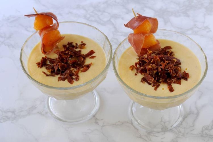 La Mousse di Melone con croccante di Prosciutto Bazzone della Garfagnana è una ricetta semplice e sfiziosa che rivisita uno dei must delle tavole estive