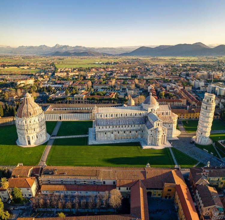 Piazza dei Miracoli a Pisa vista dall'alto con i Monti Pisani sullo sfondo