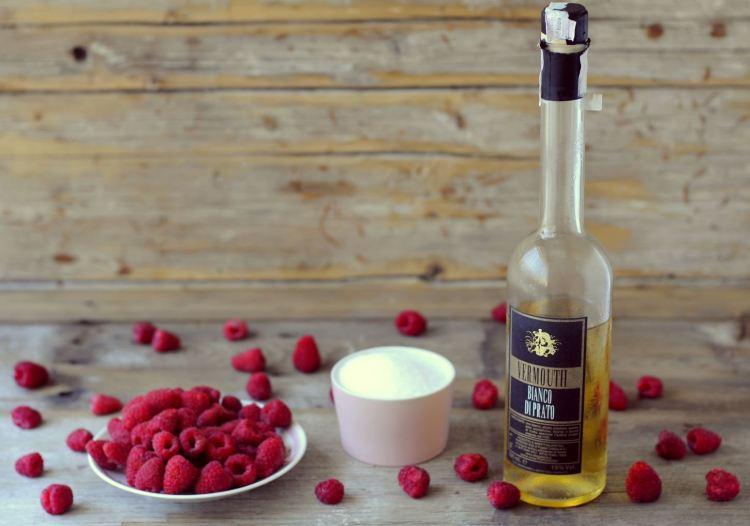 Per un aperitivo fresco, goloso e originale vi consigliamo i Ghiaccioli al Lampone con Vermouth Bianco di Prato, una ricetta semplice 100% made in Tucany