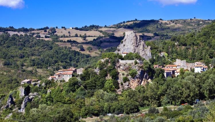 Un itinerario trekking che da Roccalbegna in Maremma vi condurrà a Rocchette di Fazio, attraverso uno dei canyon più famosi della Toscana