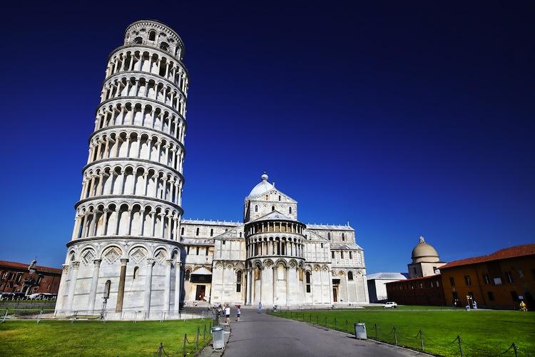 La Torre Pendente o Torre di Pisa è uno dei simboli più famosi della Toscana. Storia, numeri e curiosità di questo emblema del made in Tuscany