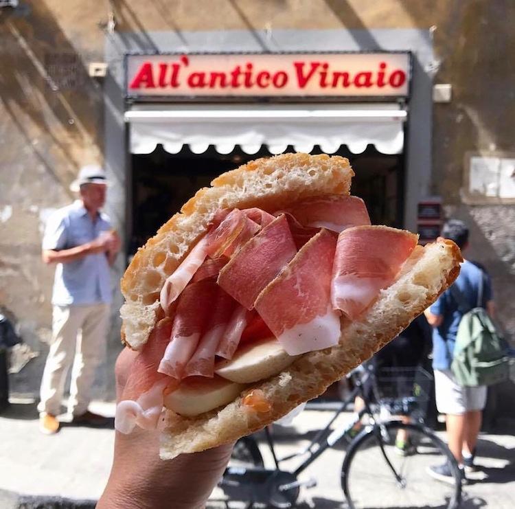 Antico Vinaio è uno dei migliori locali a Firenze dove mangiare panini con salumi e formaggi toscani, accompagnati da un bicchiere di vino rosso.