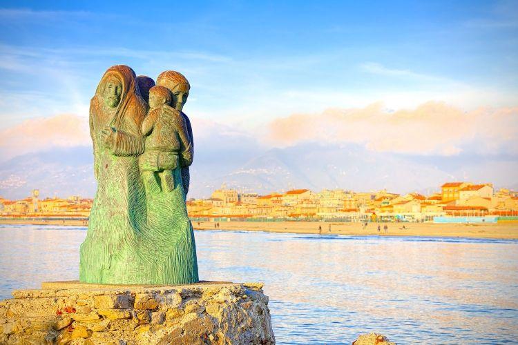 Viaggio nei borghi della Versilia: dal mondano Forte dei Marmi, ai medievali Pietrasanta e Camaiore fino a Stazzema, luogo della memoria.