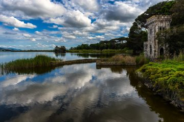 Il Lago di Massaciuccoli nel Parco Migliarino, San Rossore e Massaciuccoli è il lago più grande della Toscana e ospita un'importante Oasi LIPU