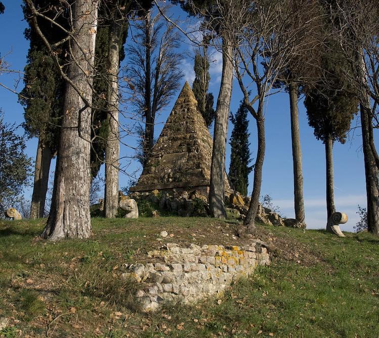 Castelnuovo Berardenga: borgo toscano al confine tra Chianti Classico e Crete Senesi vicino a Montaperti, dove si combattè la famosa omonima battaglia.