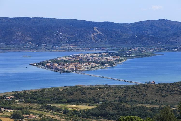 Orbetello, borgo toscano che sorge di fronte al Monte Argentario, nasce in epoca etrusca è oggi uno dei centri del turismo made in Tuscany