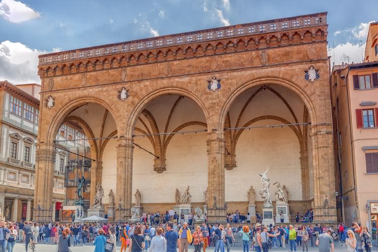 Piazza della Signoria è uno dei luoghi simbolo di Firenze. In assoluto una delle piazze più conosciute al mondo che racchiude tesori inestimabili.