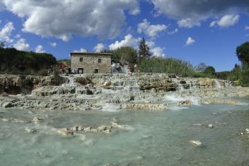 Saturnia è una meta ideale per un weekend in Toscana tra storia, benessere e enogastronomia nella bellissima Maremma toscana.
