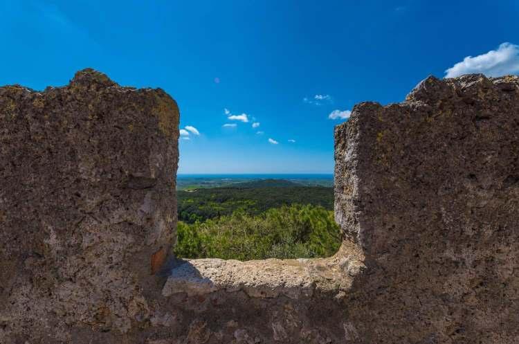 Capalbio, in provincia di Grosseto, è il comune più a sud della Toscana. Ricco di storia e cultura, capitale della Maremma, è chiamata la Piccola Atene.