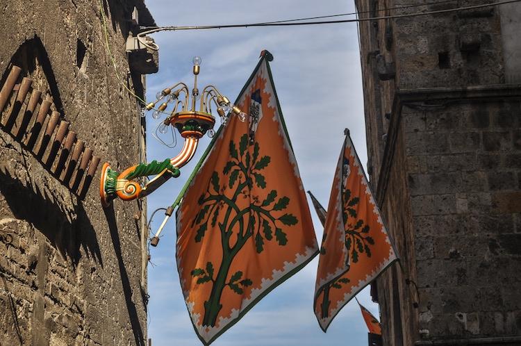 Il Palio di Siena è una delle tradizioni toscane più antiche della regione, ancora oggi vissuta dai senesi come un grande evento.