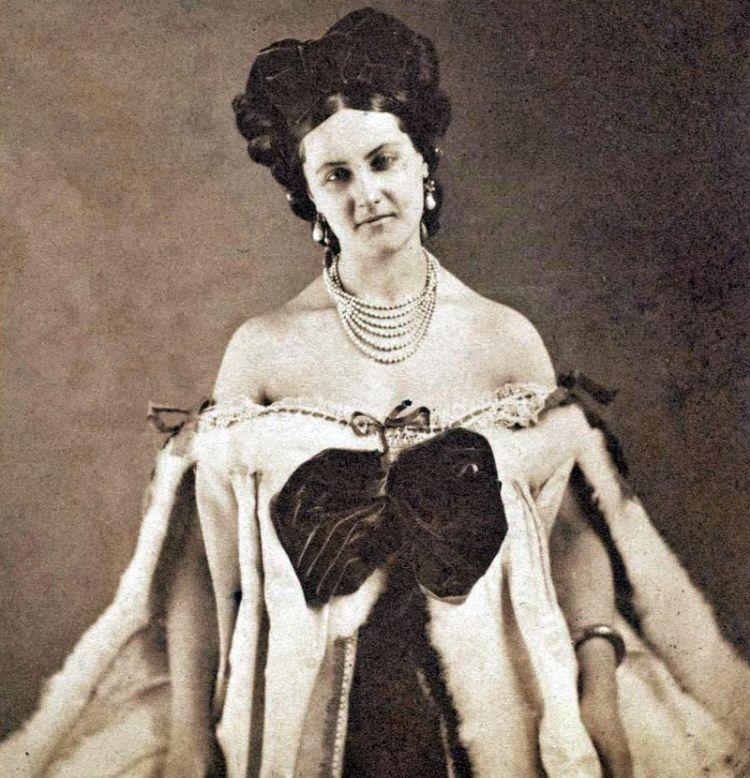 Virginia Oldoini, conosciuta anche come la Contessa di Castiglione, è un personaggio storico a lungo rimasto nell'ombra, eppure centrale nella storia dell'unità d'Italia.
