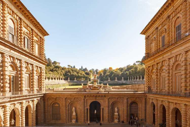 Eleonora di Toledo, moglie di Cosimo I de' Medici, fu la prima donna ad abitare Palazzo Vecchio, nonché colei che decise la costruzione del Giardino di Boboli.