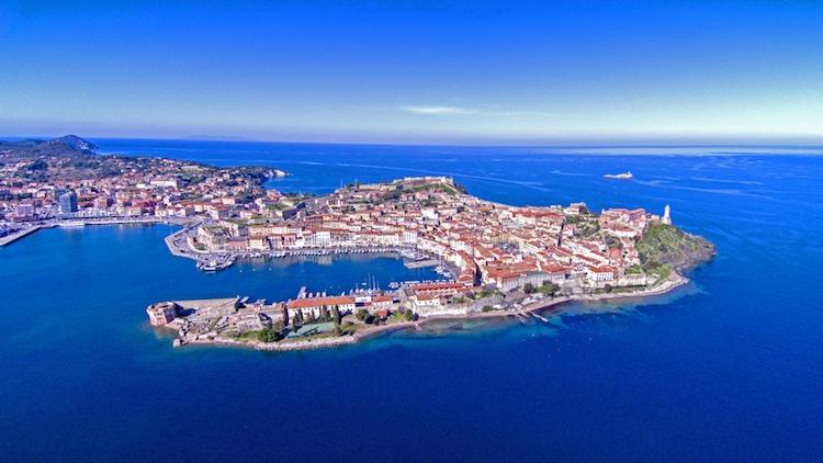 Tra le curiosità sull'Isola Elba, nell'Arcipelago toscano, scopriamo che Victor Hugo passò i suoi primi anni di vita proprio a Portoferraio