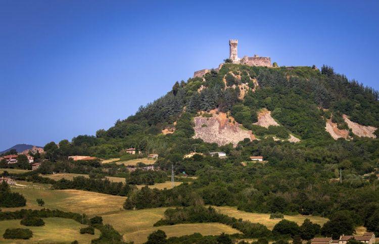 Radicofani è tra i borghi toscani più belli da visitare in provincia di Siena, con la sua posizione dominante su Val d'Orcia e sulla via Francigena