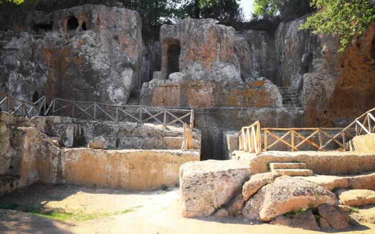 Sovana è un borgo toscano nella Maremma grossetana. Nell'arta del tufo, il borgo d Sovana è tappa imperdibile durante una vacanza in Maremma