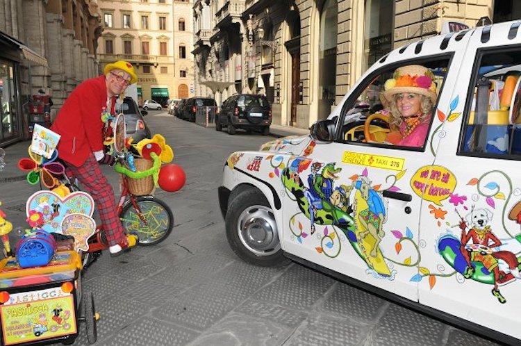 Chi è la stravagante signora che guida un taxi colorato a Firenze? Caterina Bellandi, in arte Zia Caterina: una storia d'amore e di solidarietà.