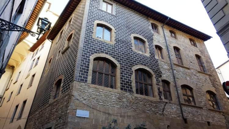 Chi ha vinto tra Guelfi e Ghibellini? Perché i Guelfi si dividono in Bianchi e Neri? Breve racconto della storia di Firenze tra il 1200 e il 1300.