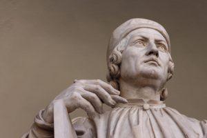 Statua di Arnolfo di Cambio fuori dagli Uffizi a Firnze