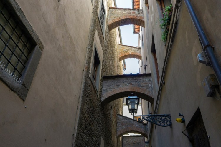 I chiassi ed i canti nella storia delle vie di Firenze nel centro storico