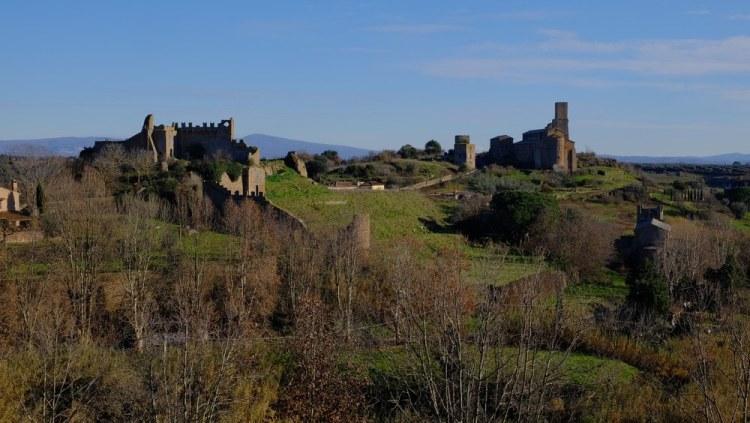 Tuscania si trova nella Maremma laziale, vicino al confine con la Toscana
