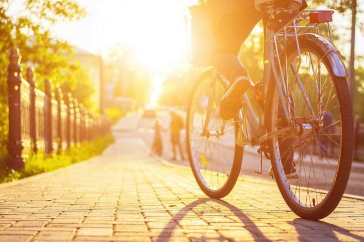 Dettaglio di bicicletta al tramonto in area urbana