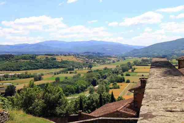 Veduta del borgo toscano di Poppi in Casentino