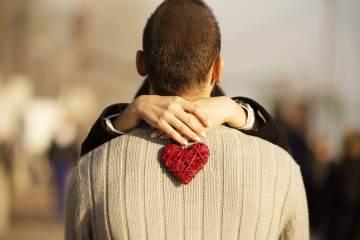 7 luoghi romantici in Toscana: coppia si bacia a San Gimignano