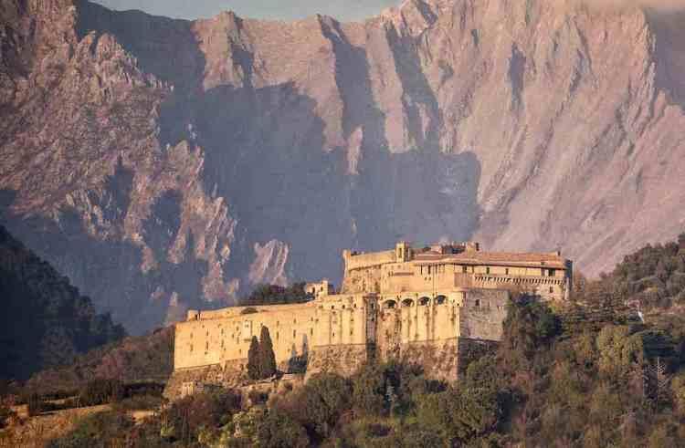 Il castello Cybo-Malaspina a Massa al tramonto