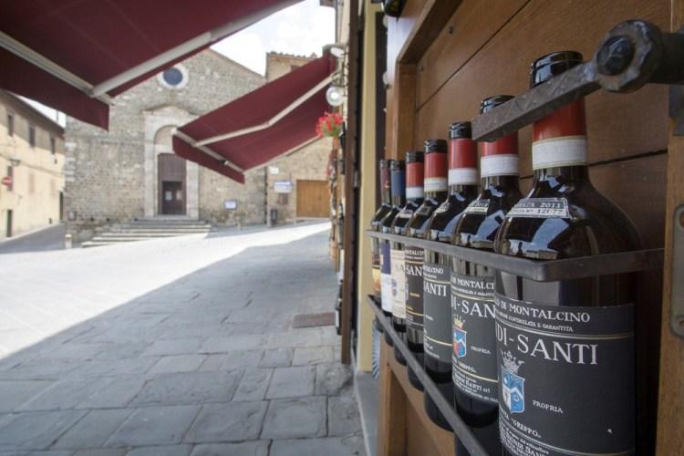 Bottiglie di Bruenello Biondi Santi in piazza a Montalcino