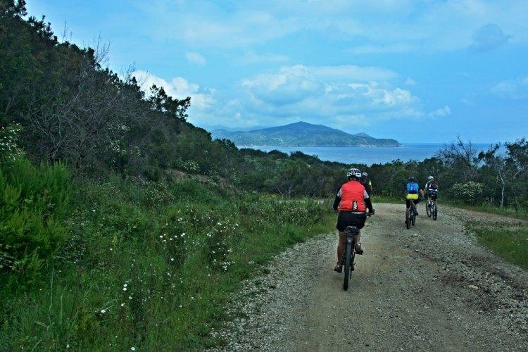 Persone in bicicletta all'Isola d'Elba, vicino al Pareti