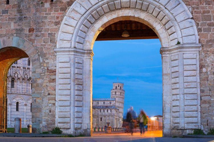 Porta delle mura di Pisa con vista su Piazza dei Miracoli