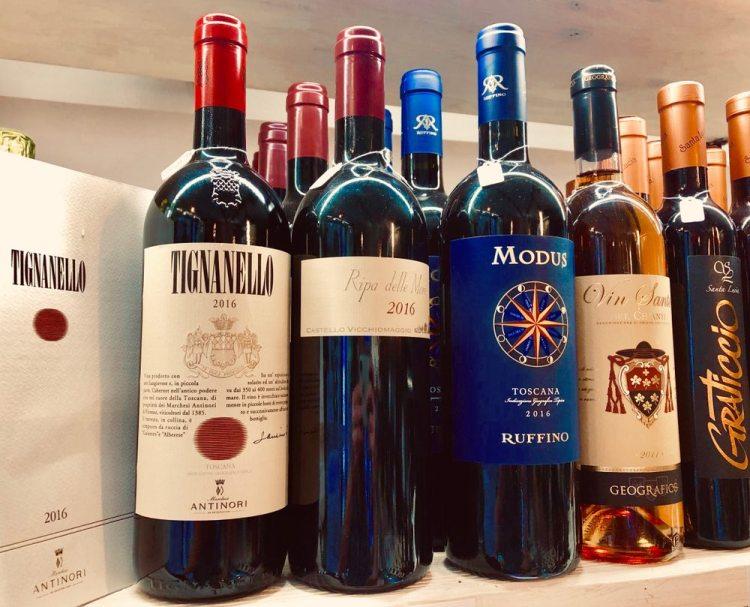 Bottiglie di vini rossi toscani tra cui il Tignanello, il Modus ecc