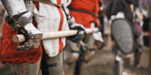 Cavaliere medievale in una rievocazione storica delle più famose battaglie in Toscana