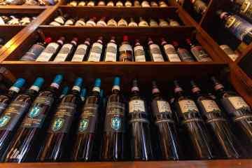 Bottiglie dei migliori vini toscani in enoteca