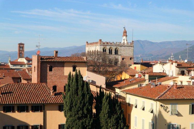 Vista su Palazzo Pretorio a Prato, città della Toscana