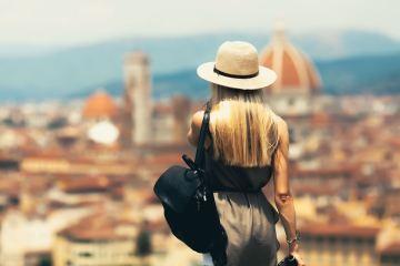 Turista in vacanza in Toscana guarda Firenze da Piazzale Michelangelo
