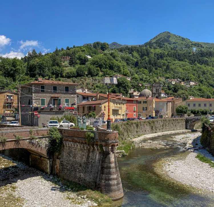 Seravezza è uno dei borghi delle Alpi Apuane, tra Lunigiana, Versilia e Garfagnana