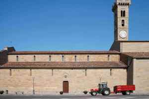 Trattore davanti alla chiesa di Fiesole in Piazza Mino da Fiesole