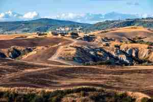 Le Crete senesi in Toscana vicino al borgo medievale di Trequanda