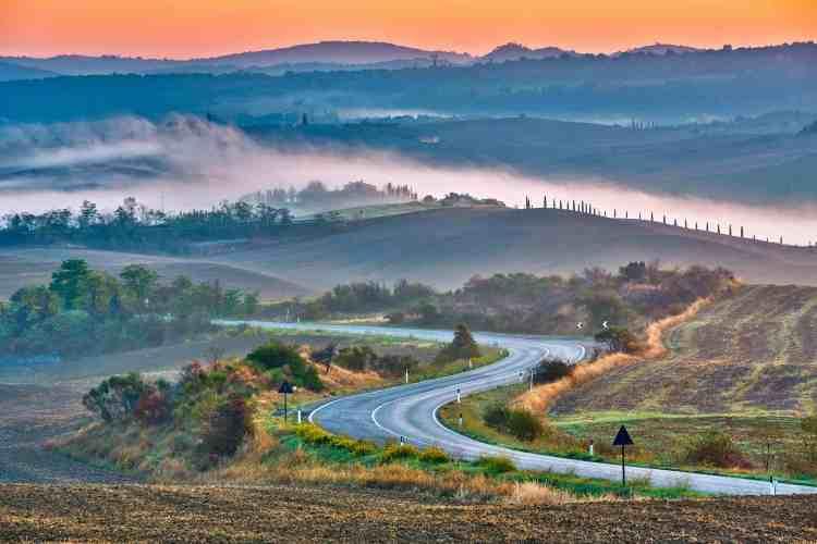 Una strada in Val d'Orcia per visitare la Toscana in auto